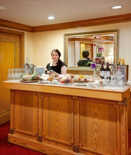 3-hour wine and hors d'oeuvres reception is available in the Club Room of the Hotel Elysee New York every evening!  Enjoy wine, prosecco, cheese, crackers and crudite.