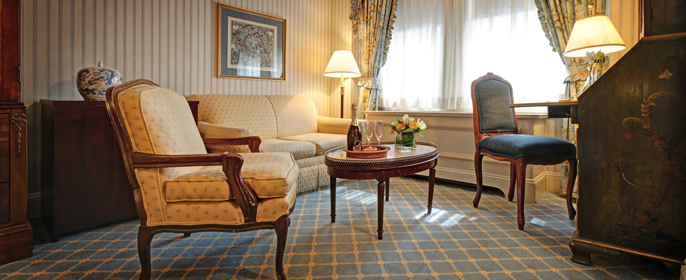 Deluxe Queen Room at the Hotel Elysée with one queen bed and sitting area